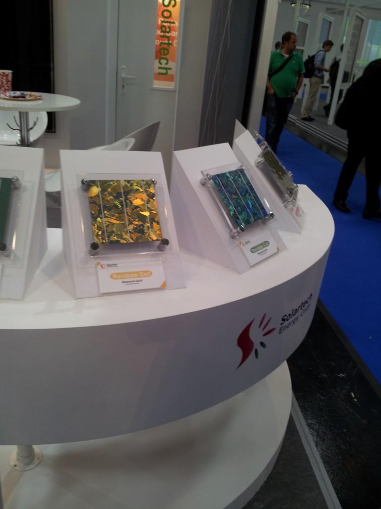 Polykristallina solceller i olika färger